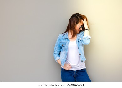 Portrait beautiful woman: The girl wears a nice jacket,  jeans and sunglasses with summer season and nice sunlight background