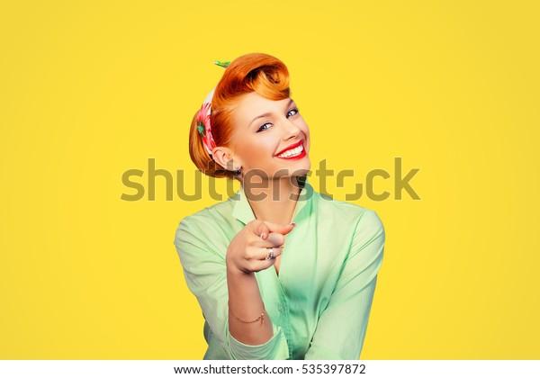 портрет красивой женщины пинап ретро стиль указывая на вас улыбаясь смеясь изолированный желтый фон стены. Язык тела, жесты, психология.