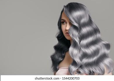 Porträt einer schönen Frau. Wavy Asche blaues Haar.