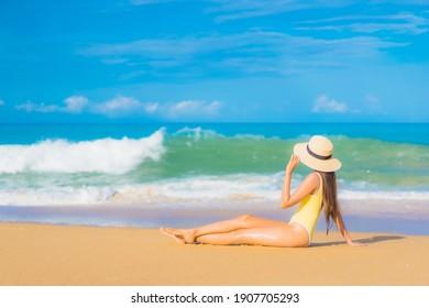 Portrait schöne junge Asiatin Relaxen Sie sich im Urlaub in den Ferien im tropischen Meer im Freien tropischen Meer Strand Ozean