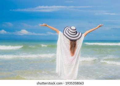 Portrait schöne junge Asiatin Relaxen am Meer in Ferien Reisausreise am Meer