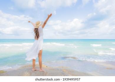 Portrait schöne junge Asiatinnen entspannen sich im Urlaub am Meer am Meer am Meer im Urlaub am Meer lächeln