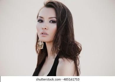 Porträt einer schönen jungen, sexy asiatischen Frau in der Wüste