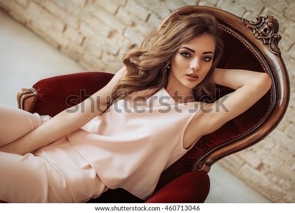 ファッション服を着た化粧をした美しい若い女性のポートレート