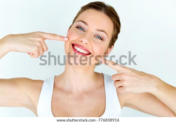 Porträt einer schönen jungen Frau mit perfektem Lächeln. Einzeln auf Weiß.