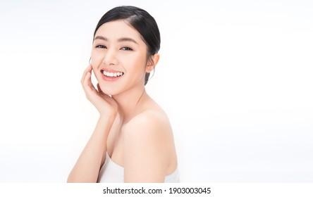 Portrait von Schönheitasierin mit feinem, perfekt gesunden, glatten Haut Hand berühren Kinn auf weißem Hintergrund, junge schöne asiatische Mädchen mit schönem Lächeln Gesichtsbehandlung. Beauty korean Spa Skincare.