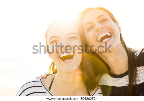 Ein Portrait der besten Freunde, die lachen