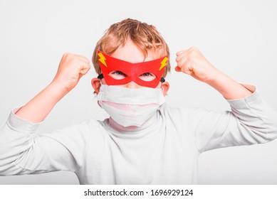 Retrato de niño enmascarado de superhéroes con la boca cubierta con una máscara médica para protegerse de infecciones virales y enfermedades.