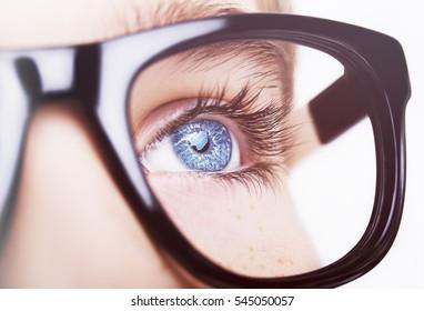 Portrait eines Jungen mit Brillen, blauen Augen, Studioaufnahme