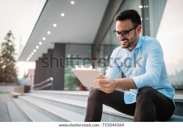Portrait von Geschäftsleuten in Brillen mit Tablette