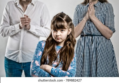 Retrato de un caprichoso niño consentido. Muchacha dañina