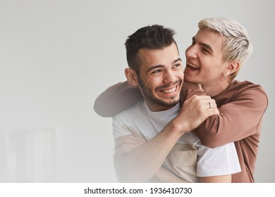 Porträt von sorgenfreien Gay Couple Indoor