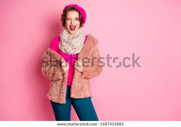 Portrait des charmanten, süßen, süßen Mädchen genießen Spaß Wochenenden Augenzwinkern tragen pastellblaue Jumper-Hose einzeln auf rosafarbenem Hintergrund