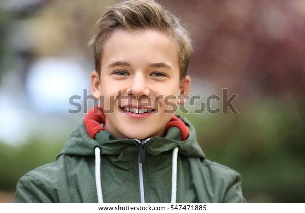 Portrait von fröhlichen Teenagern im Freien auf unscharfem Hintergrund, Nahaufnahme