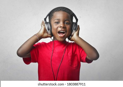 Porträt des Musikhörens von Kindern