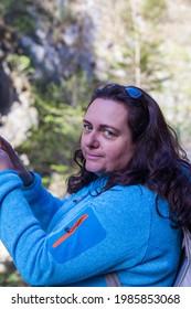 Portrait eines Chubby-Wanderer mit schönem dunklem, langes Haar und sportlicher Jacke
