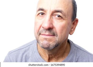 Portrait von neugierigem Mann mittleren Alters auf weißem Hintergrund