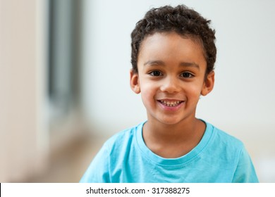 Porträt eines süßen kleinen Afroamerikaners, der lächelt
