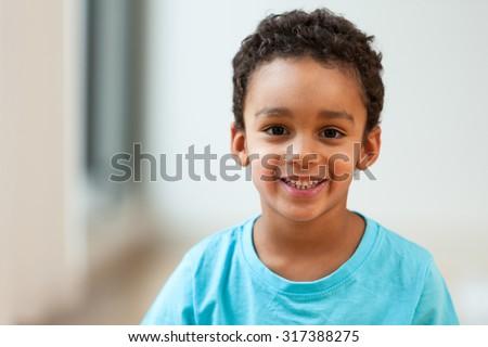 portrait cute little african american boy の写真素材 今すぐ編集