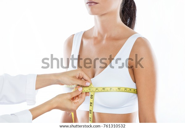 醫生的肖像,用量尺尺寸測量患者乳房的大小。