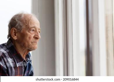 Porträt älterer Menschen mit Blick aus dem Fenster