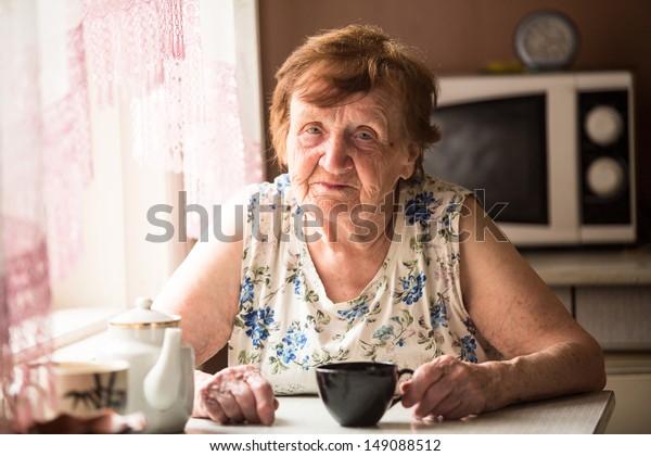 Portrait an elderly woman