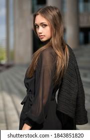 Portrait von eleganter High-Mode-Brunette Schönheit.