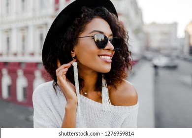 f6a94c26578 Portrait of Fashionable black woman with stylish Afro hairs posing outdoor.  Urban background. Wearing