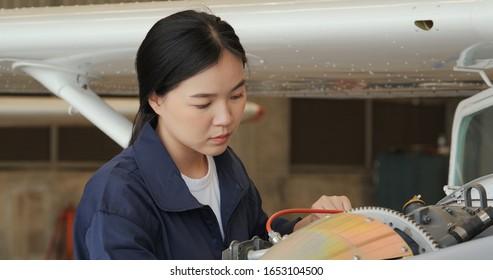 Portrait von Ingenieuren oder Piloten, die in Flugzeughangar nach neuen Flugzeugzeichnungen schauen. Verkehrs- und Technologiekonzept.