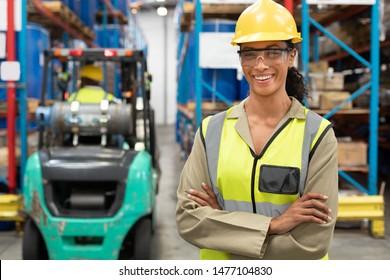 Retrato de funcionarias con las armas cruzadas en el almacén. Se trata de un almacén de transporte y distribución de mercancías. Concepto de trabajadores industriales y industriales