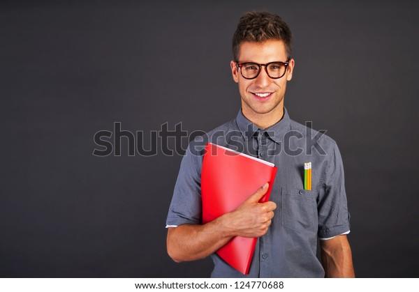 Retrato de hombre nerd gracioso con clavos y gafas