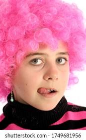 Portrait de fille avec des cheveux roses sur sa langue, isolée sur fond blanc
