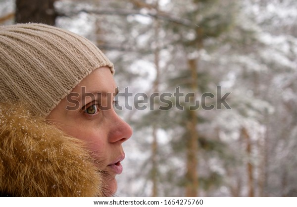 portrait-girl-profile-hat-fur-600w-16542