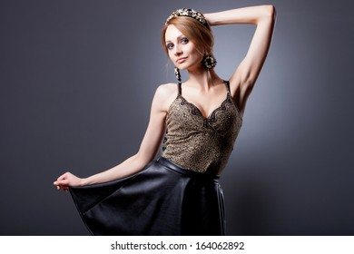 Portrait of glamour lady with fashionl wreath and jewelry