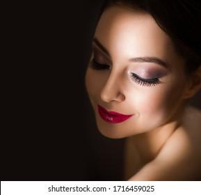 Porträt einer wunderschönen Brunette in elegantem Make-up mit langen Lashes.