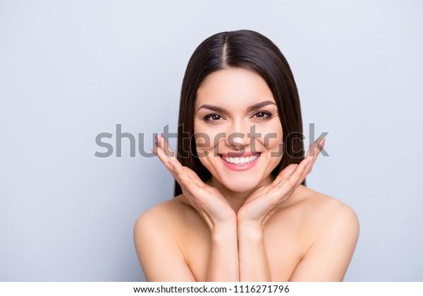 Porträt einer wunderschönen Zahnfrau, die eine perfekt glatte, idyllische Gesichtshaut zeigt, einzeln auf grauem Hintergrund. Detox Botox Kollagen Vitamine Mineralstoffe Wellness-Enhancement-Konzept