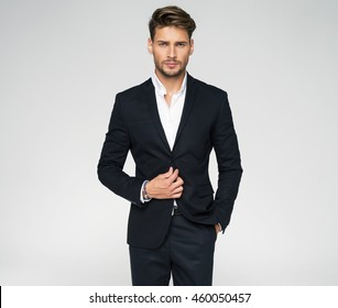 Retrato de un hombre guapo con traje negro