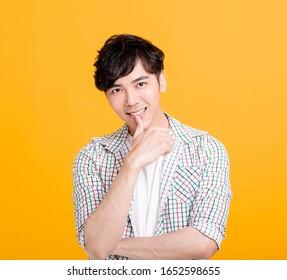 Portrait d'un beau jeune homme souriant