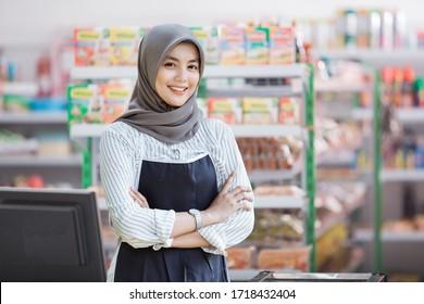 アジアの幸せな女性の店主のポートレート