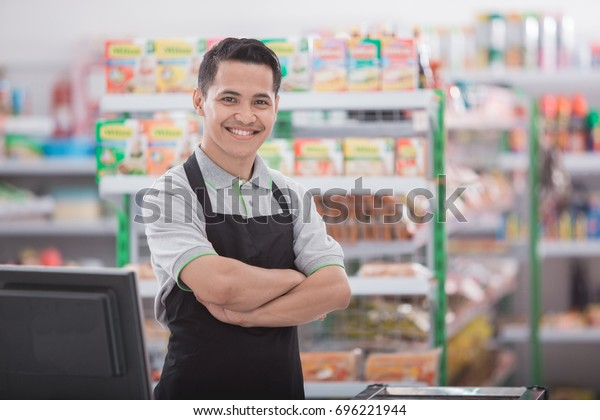 アジアの幸せな男性の店主のポートレート