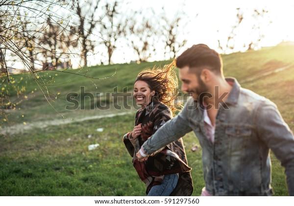外で走って楽しむ幸せな夫婦のポートレート。