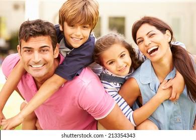 Retrato De Familia Feliz En El Jardín En Casa