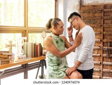 Porträt von glücklichen homosexuellen Paaren, die in beatyful home umarmt. Junge asiatische homosexuelle Paar liebevoll, lächelnd, Augenkontakt und in Liebe.