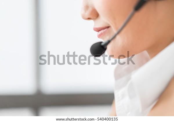 Portrait von glücklich lächelnden weiblichen Kunden Support Telefonanbieter am Arbeitsplatz. asiatisch