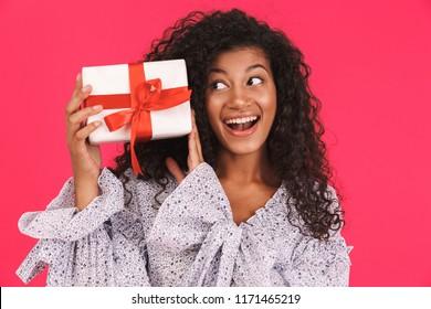 Resultado de imagen de Fotos de personas felices recibiendo un regalo