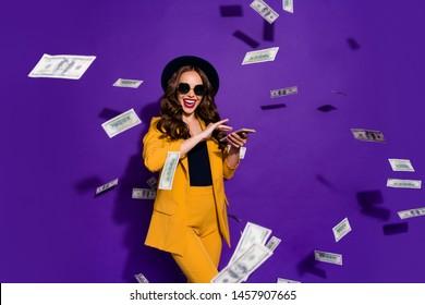 Retrato de ella linda encantadora alegre, rica y rica, rica y segura dama de cabello ondulado lanzando 100 millones de gastos presupuestarios aislados por brillante y vívido fondo lila violeta