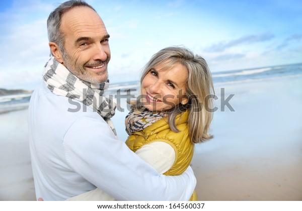 Porträt eines liebenden Seniorenpaar am Strand