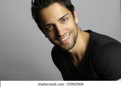 Porträt eines Mannes mit schönem Gesicht