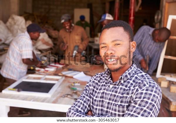 Porträt des Menschen in einer geschäftigen Tischlerei, Südafrika
