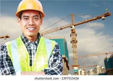 Porträt eines Bauarbeiters, der vor der Wand steht